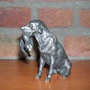 Chien avec canard dans la bouche en bronze.